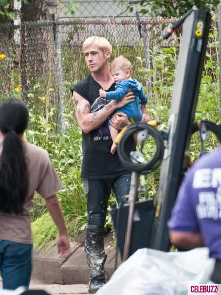 Ryan_Gosling_Feeds_a_Baby_on_the_Set_of_The_Place_Beyond_The_Pines-3-435x580